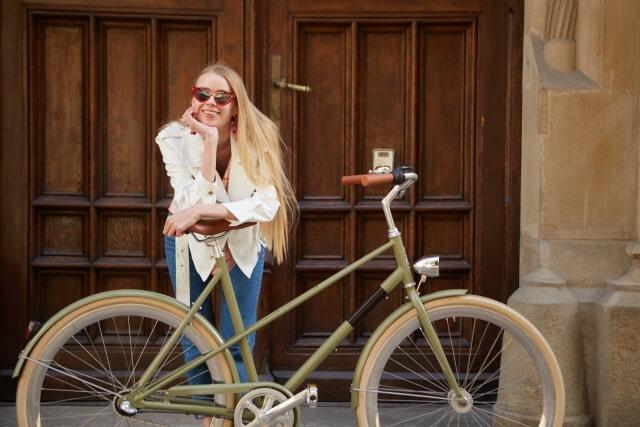 配達するウーバーイーツ自転車