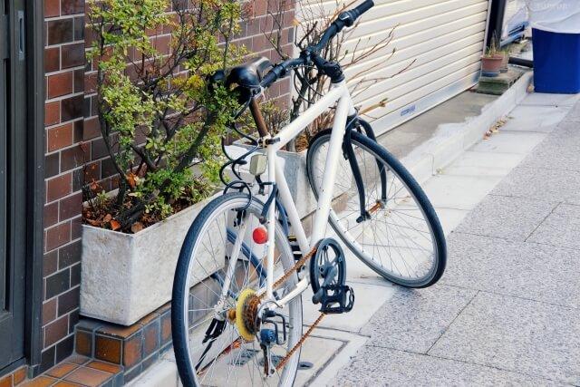 自転車配達するウーバーイーツ