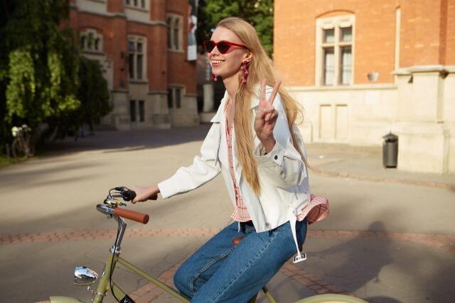 自転車乗る女性